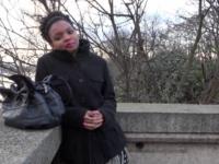 Siradia, 23ans, se fait prendre par deux fans !  (vidéo exclusive)