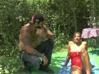 Sonia, 37 ans, se fait défoncer en extérieur par un petit jeune de 18 ans !  (vidéo exclusive)