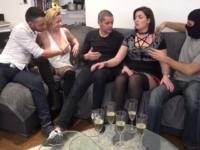 Diane, 45ans, accueille Julie et Stephen chez elle!  (vidéo exclusive)