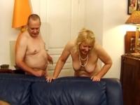 Deux matures méchamment sodomisées dans le salon!
