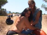Un biker nous offre sa femme à baiser dans un petit chemin ! (vidéo exclusive)