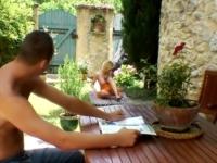 En vacances Lilou se fait cramer l'anus en plein soleil !