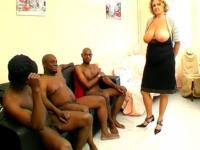 Patronne d'une entreprise de transport, Lou, 45 ans, est offerte à son 1er groupe de blacks !
