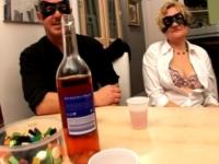 Casting improvisé d'un couple illégitime parisien, qui en profite pour vous passer une annonce ! (vidéo exclusive)