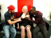 """Carola: """" je suis salope et soumise, défoncez-moi sur mon canapé """" ! (vidéo exclusive)"""