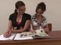 Deux étudiantes enculées sauvagement en classe
