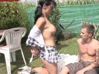 Porno reportage en extérieur avec un jeune couple amateur