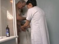 Papy arrive à choper une bonne asiat bien chaude