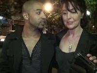 Joyce, une libertine mature, emmène un jeune inconnu rencontré dans la rue pour baiser