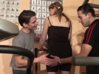 2 pervers en salle de muscu se font la seule fille