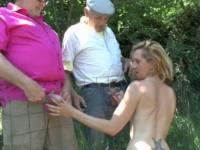 Deux papys voyeurs s'offrent le cul d'une jeune salope.