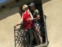 Enculée sur le balcon sous les yeux de Papy