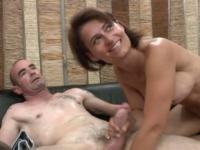 Une mature sexy et son mari pour une scène de baise torride!