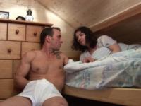 Excité par la petite culotte de sa colocataire, il la baise sans ménagement!