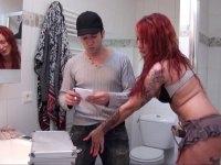 Un technicien vicieux se tape une bombasse dans la salle de bains!