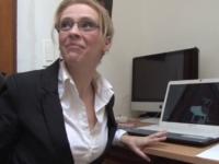 Une secrétaire à lunettes baisée par son patron dès le 1er jour!