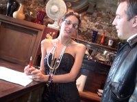 Laetitia, une agent immobilier qui donne de sa personne pour une vente!