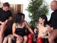 Linda, cougar brunette se fait un plan gonzo devant notre caméra!