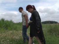 Ineesa découvre la pluralité masculine au milieu d'un champ de maïs!