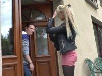 Kimber, une étudiante nympho, se fait copieusement sodomiser par son copain.