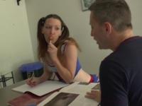 Une étudiante à couettes très cochonne se fait goder avec sa sucette au coca!