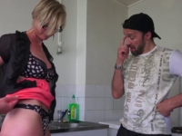 Une blonde à lunettes sexy paye le plombier avec son cul!
