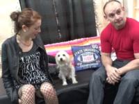 Calie offre son cul à trois pervers en échange d'une petite chienne blanche.