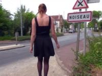 Mature à poil dans la rue et baisée en public !