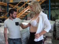 Une patronne sexy et nympho se tape un postulant en plein milieu de l'entrepôt.