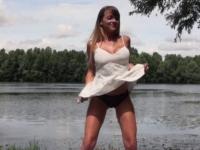 Tiffany, 22 ans, baisée en public au bord d'un lac