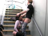 Brunette exhib baisée en public sur une péniche