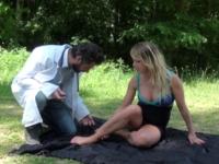 Blonde baisée dans un bois par son médecin de famille