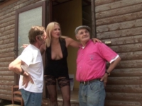 Joyce fait la pute avec Papy et Jules pour des cerises!