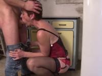 Vieille défoncée sur le sol de la cuisine par un pervers