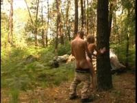 Baise animal dans les bois avec un petit couple de citadins