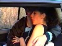 Un couple s'offre une baise à l'arrière d'un taxi!