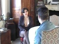 Un casting avec une brune aux gros seins.