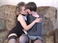 Deux lesbiennes se font un 5 à 7 très hot !