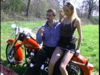 Une virée à moto qui finit en grosse baise en extérieur!