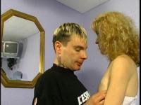 Un couple excité par le regard de papy pervers.