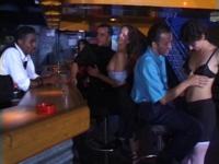 Un verre au bar qui finit en baise.