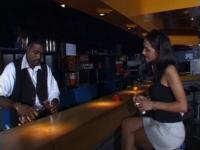 Une cliente se fait prendre sur le bar par le barman.