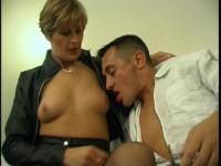 Une mature blonde à gros seins réalise tous ses fantasmes!