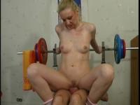 Une belle blonde prend une leçon de musculation particulière !