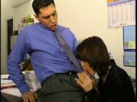 Une secrétaire nympho se tape son boss sur son bureau!