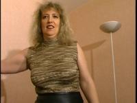 Carla, une mature blonde à gros seins vient à notre rencontre.