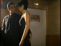 Deux magnifiques brunes se retrouvent en club pour baiser.