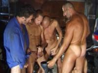 Orgie homosexuelle dans un garage!