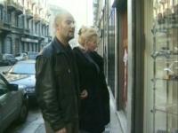 Une blonde cochonne se fait baiser par deux pervers dans un sex-shop.