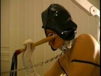 Un pervers adepte de SM s'amuse avec sa nouvelle esclave.